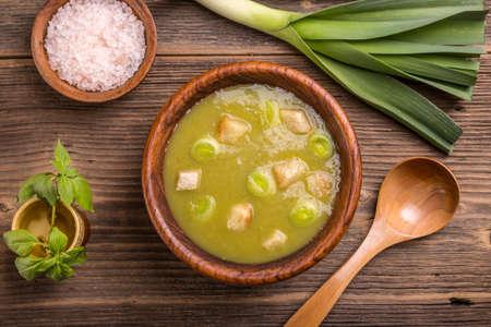 calor: Vista superior de la sopa de puerro en taz�n de madera