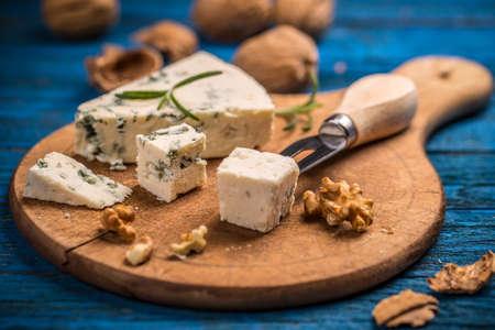 チーズ型木製まな板の上