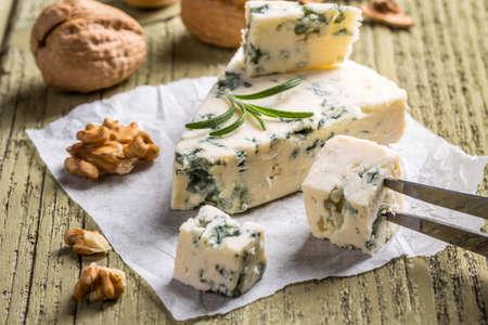 チーズ型の木製の背景