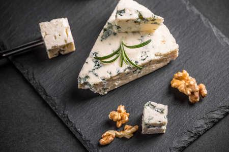 黒い背景にゴルゴンゾーラ チーズ 写真素材