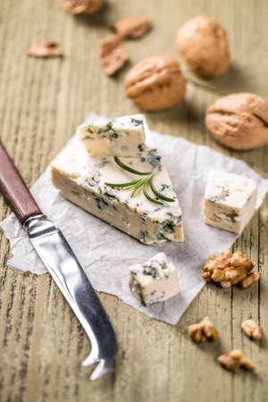 roquefort: Piece of Roquefort cheese with walnut