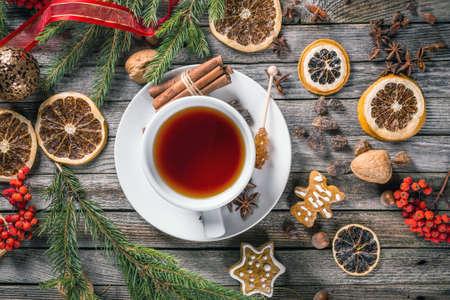 tazza di th�: Vista superiore della tazza di t� con decorazioni di Natale Archivio Fotografico