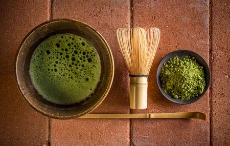 Japon çay töreni ayarı, matcha çay, toz ve mutfak eşyaları Stok Fotoğraf