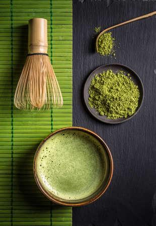 Natura morta con accessori matcha giapponesi e tè verde in una ciotola Archivio Fotografico