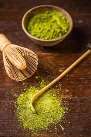 Vert poudre thé avec fouet en bambou