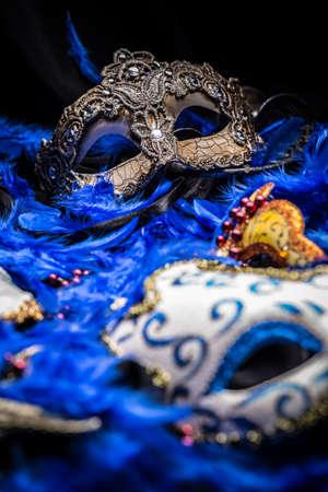 Maschere di carnevale femminile su sfondo blu piuma