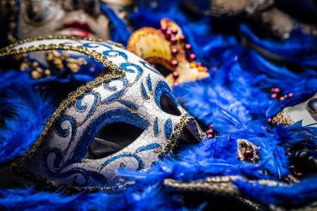 mascara de carnaval: M�scara del carnaval en fondo de la pluma azul Foto de archivo