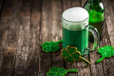 Día de San Patricio con tréboles verdes una copa escarchada fría llena de cerveza Foto de archivo - 52127157