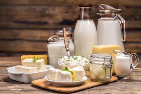 Nature morte avec des produits laitiers sur fond de bois