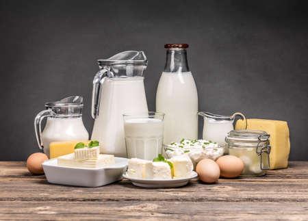 Surtido de productos lácteos en la mesa de madera de la vendimia Foto de archivo - 53980428