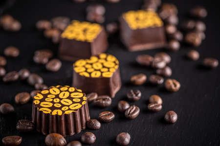 cafe bombon: trufas de café sobre fondo negro