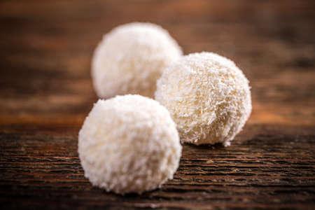 boule de neige: Coconut boule de neige truffes blanches sur fond de bois
