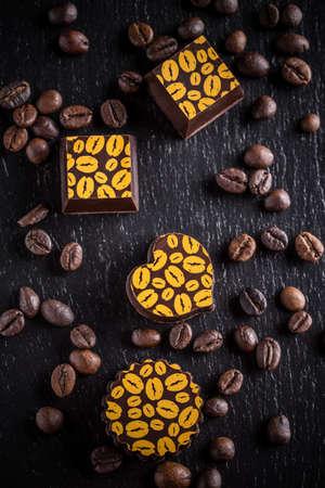 cafe bombon: Vista superior de deliciosos dulces de chocolate