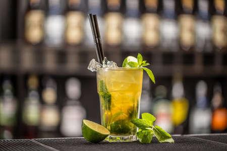 frescura: cóctel de frescura con la menta, limón y lima