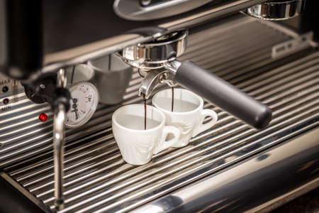 Koffiezetapparaat maakt twee koffie