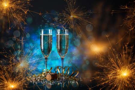 Paar Glas Champagner mit Wunderkerzen. Standard-Bild - 61970820