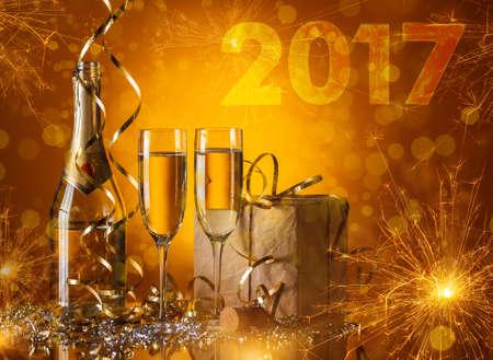 festival arka plan üzerinde 2017 Yeni Yıl kavramı, İki şampanya gözlük ve hediyeler