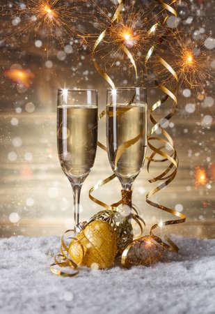 Champagne glazen in kerst omgeving