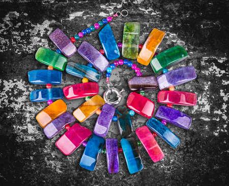 piedras preciosas: Collar hecho de coloridas piedras semi preciosas