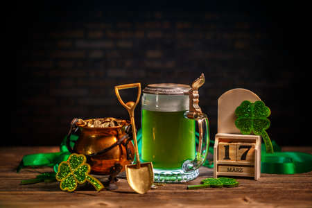 Block calendar for St Patrick's Day, March 17, with green beer and pot of gold Stockfoto