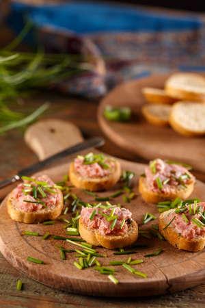 cebollines: Sandwich con paté sobre tabla de madera rústica