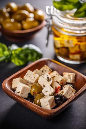 オリーブ種子とマリネのヤギのチーズ