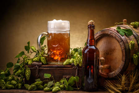 Stilleven met een vat bier, versierd met hop