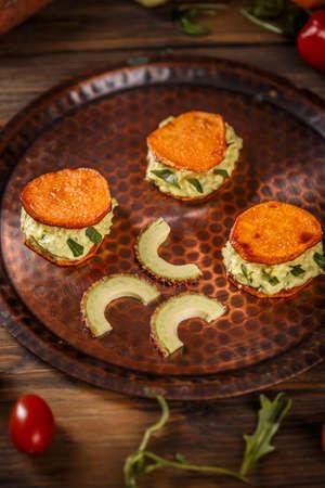 Sweet potato bruschettas with avocado cream, healthy vegetarian food Foto de archivo - 97667353