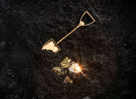 Monedas de oro Bitcoin y herramienta de jardinería pala. Concepto de minería de criptomonedas virtuales.