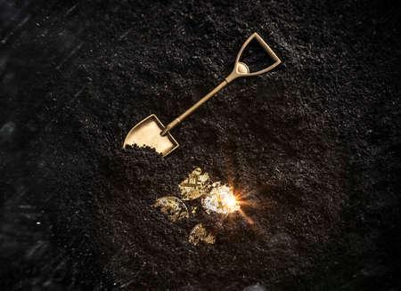 Złote monety Bitcoin i narzędzie ogrodnicze łopata. Koncepcja wydobywania wirtualnej kryptowaluty.