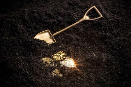 Goldener Bitcoin-Abbau aus dem Boden mit Schaufel Standard-Bild