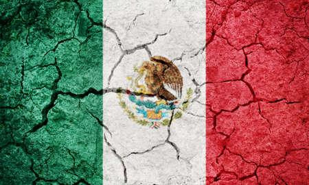 Drapeau des États-Unis mexicain sur fond de texture de sol terre sèche