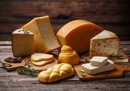 Composition with pieces of different cheese on wooden background Imagens