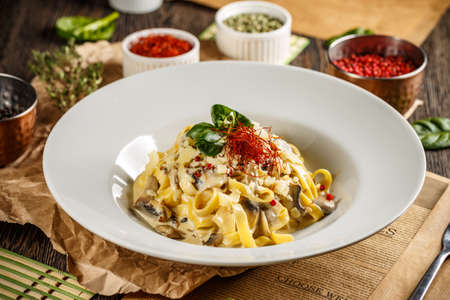 Pasta fettuccine with mushrooms and creamy cheese sauce Banque d'images