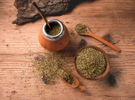 Flache Lage des traditionellen südamerikanischen Yerba Mate-Tees, serviert im Kalebassenkürbis mit Bombilla