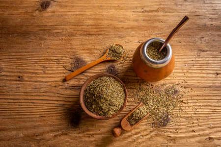 Traditionelle südamerikanische Yerba Mate-Blätter und Tee serviert in der Kalebasse mit Bombilla