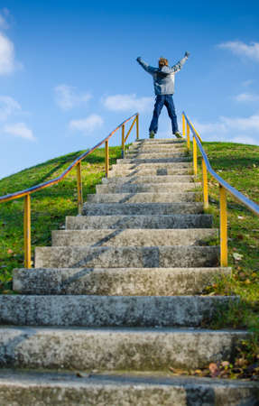 subiendo escaleras: Escaleras al �xito Foto de archivo