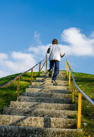 bajando escaleras: corriendo por la colina Foto de archivo