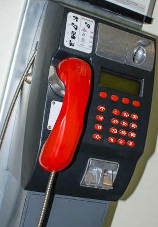 telefono pubblico con ricevitore rosso Archivio Fotografico