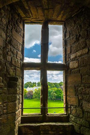 ventana abierta interior: Old ventana con vista al jard�n Foto de archivo