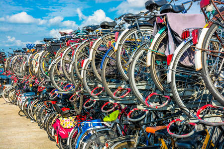 Biciclette in un rack di parcheggio Archivio Fotografico