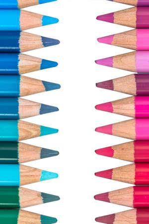 Due file contrapposte con pastelli colorati