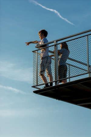 Bambini sul Lookout puntamento a Distanza