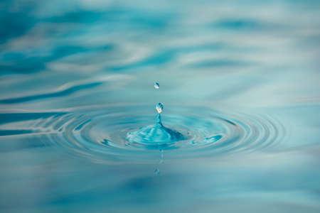 Goccia d'acqua sulla superficie calma
