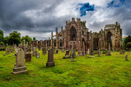 Graveyard and Ruins of Melrose Abbey in Scotland Stockfoto