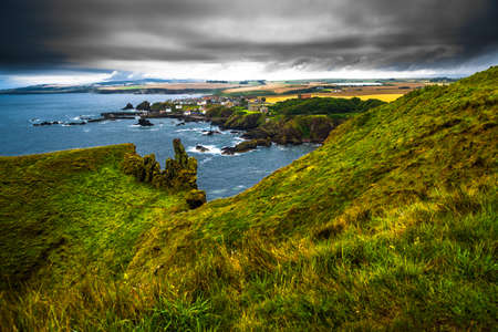 Village St. Abbs At The Spectacular Atlantic Coast of St. Abbs Head In Scotland Foto de archivo - 118976133