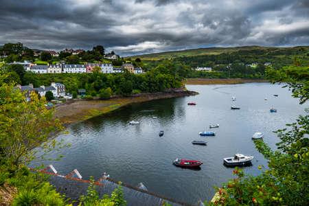 Port et maisons pittoresques de la ville de Portree sur l'île de Skye en Ecosse Banque d'images