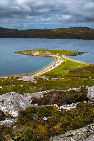 Peninsula Ard Neakie With Lime Kilns At Loch Eriboll In Scotland 版權商用圖片