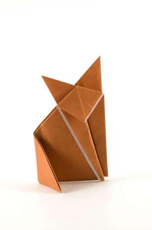 zorros: Un zorro de origami de una hoja de papel marr�n