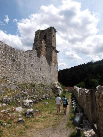 La gente que camina delante de Miskolc castillo